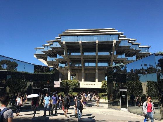 カリフォルニア大学サンディエゴ校の図書館の風景